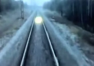 Загадочные светящиеся шары преследуют поезда в России: видеокадры